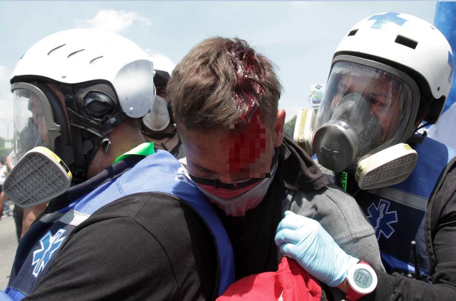 Al menos 69 heridos en protestas de Caracas tras intento levantamiento contra Maduro