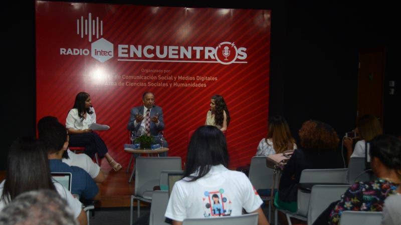 Estudiantes de comunicacion de la Universidad INTEC celebran semana del periodismo donde realizaron una entrevista en su programa de radio digital al Periodista Huchi Lora en las instalaciones de la universidad. 1-4-2019 HOY / Ariel Gomez