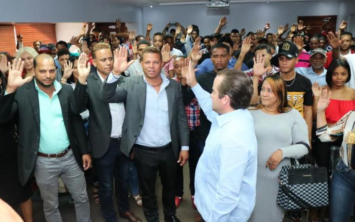 Paliza juramenta en PRM más de 150 dirigentes del PRD