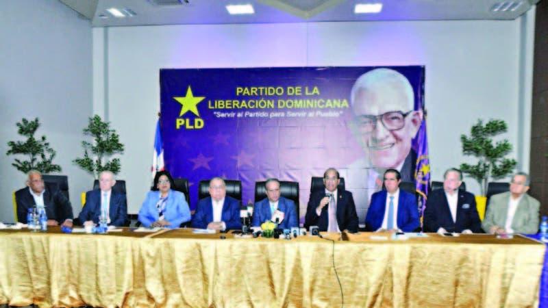 Julio César Castaños Guzmán, presidente de la JCE, acompañado de los  miembros del Comité Político.