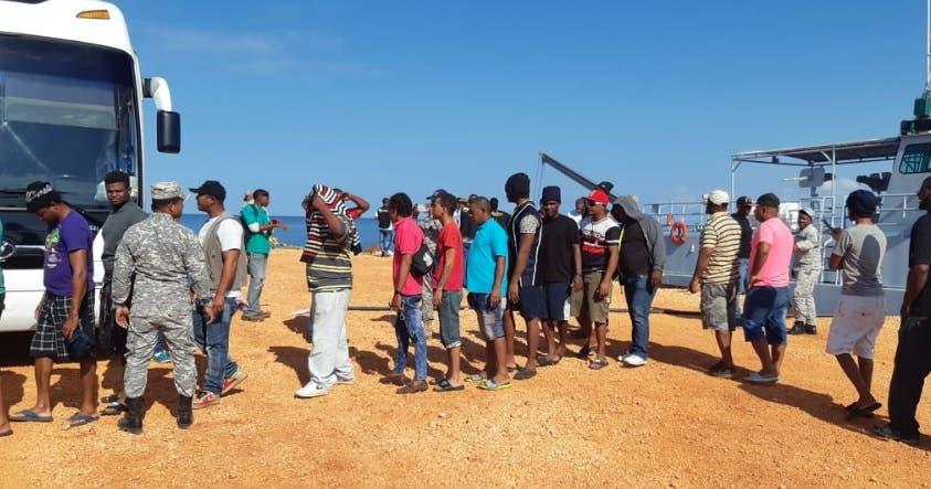 Los 57 pescadores dominicanos que duraron casi un mes encarcelados en Jamaica regresan al país