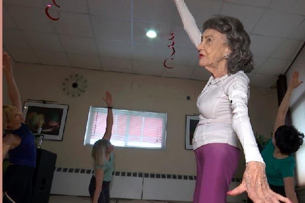 A los 100 años, una mujer sigue dando clases de yoga