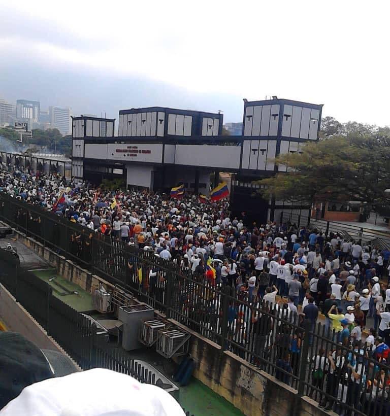Centenares de venezolanos cortan las calles de Caracas en apoyo a Juan Guaidó