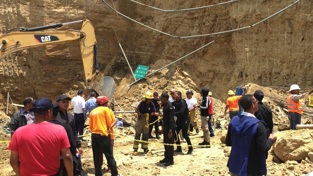 Video: Varios obreros atrapados tras derrumbe en Santiago