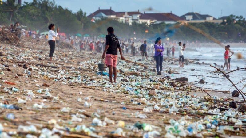 GRAF4829. PARIS, 06/05/2019.- Fotografía facilitada por IPBES que muestra los desperdicios acumulados en la playa de Kuta, en Bali (Indonesia). El planeta ha lanzado ya su voz de alarma: un millón de especies animales y vegetales se encuentran en riesgo de extinción, muchas en las próximas décadas, a menos que haya un cambio radical en los métodos de producción y consumo, según advierte el mayor informe sobre biodiversidad hasta la fecha. EFE/IPBES/ Maxim Blinkov/Shutterstock.com ***SOLO USO EDITORIAL*** NO VENTAS***