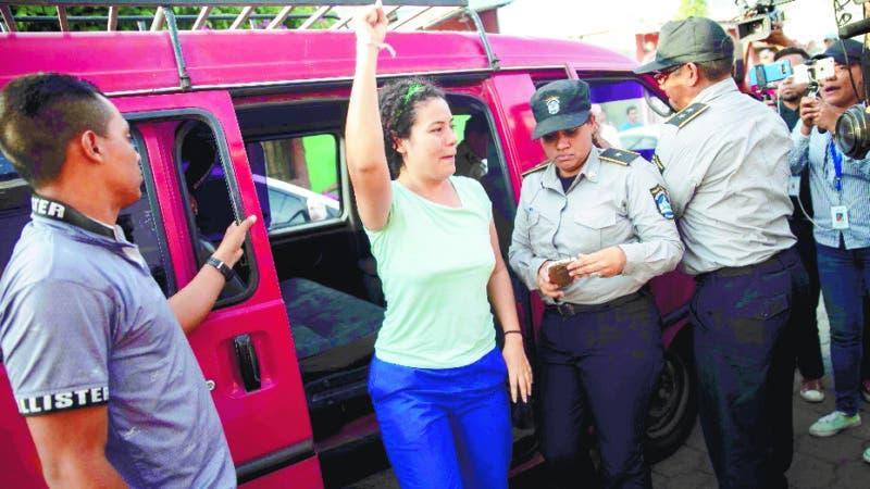 """-FOTODELDIA- AME4551. MASAYA (NICARAGUA), 20/05/2019.- Familiares de la presa política Adilia Peralta Cerratos (c) celebra luego de ser liberada y llevada a casa por custodios del Sistema Penitenciario nacional este lunes, en Masaya (Nicaragua). El gobierno del presidente nicaragüense, Daniel Ortega, excarceló a 100 manifestantes antigubernamentales en un intento por mantener las conversaciones con una alianza opositora que anunció su retiro de la mesa de negociación que mantenía con el Ejecutivo. La opositora Alianza Cívica por la Justicia y la Democracia, la contraparte del Gobierno en la negociación, tomó esa decisión, entre otras razones, por el """"asesinato"""" del nicaragüense-estadounidense Eddy Montes, un prisionero opositor al Gobierno que el jueves pasado falleció al recibir un disparo de un guardia en una cárcel. EFE/ Jorge Torres"""