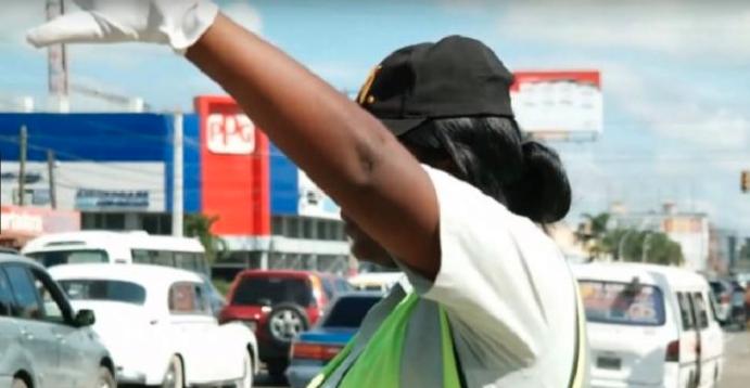Cobradora de minibús se molesta y «ataca» con cuchillo a agentes de Digesett fiscalizaron al chofer
