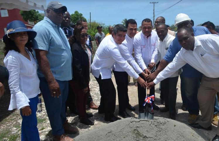 Así inicia construcción de canchas, multiuso, funeraria y parques en Boca Chica
