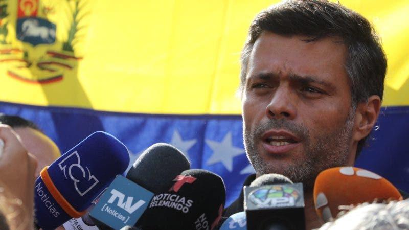 Leopoldo López reaparece en público y declara a medios en Venezuela
