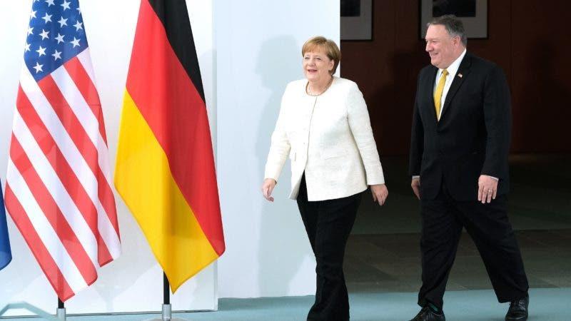 """El secretario de Estado de EE. UU., Mike Pompeo (dch), y la canciller alemana Angela Merkel se antes de la delcaración conjunta en la sede de la cancillería en Berlín (Alemania) este viernes. El secretario de Estado de EEUU, Mike Pompeo, advirtió este viernes a sus socios europeos de que cambiará su """"conducta"""" con respecto a la información que comparte con ellos si no toman medidas contra el gigante tecnológico chino Huawei.EFE/ Sean Gallup/POOL"""