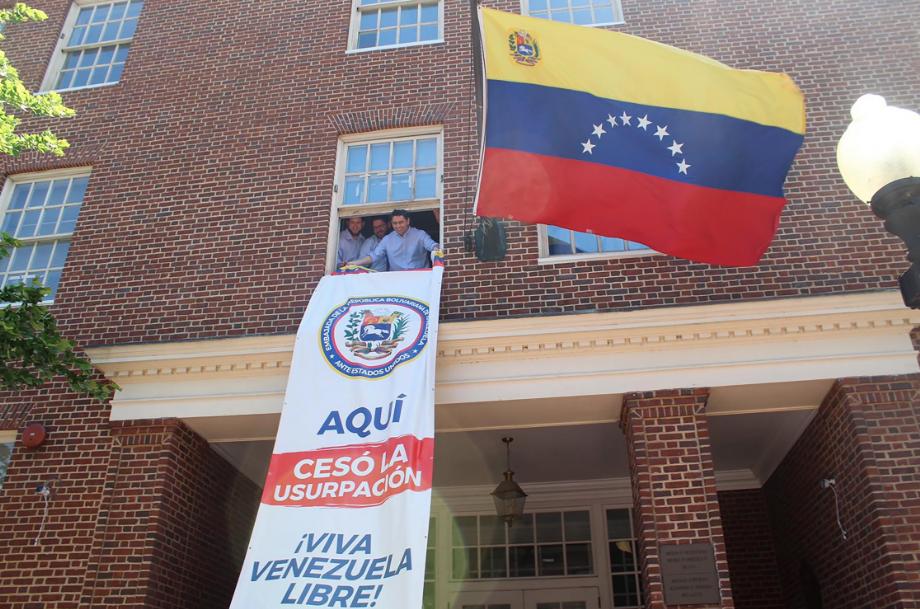 """Representante de Guaidó toma embajada de Venezuela en EEUU y anuncia """"cese de usurpación»"""