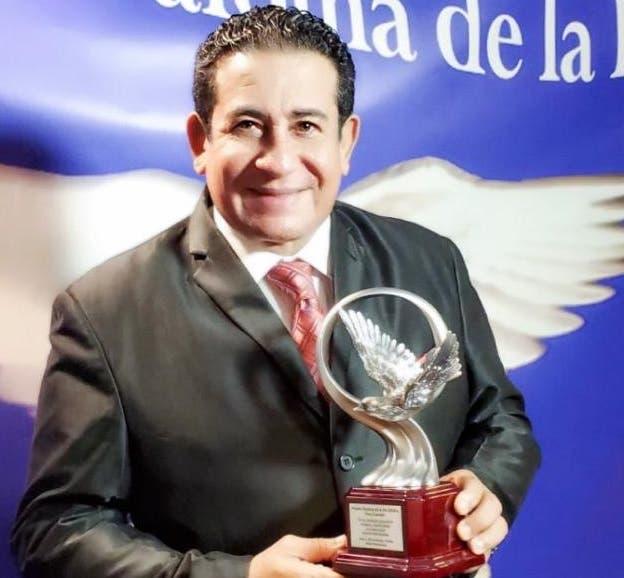 """Sergio Hernández reconocido  con el premio """"Paloma de la paz"""""""