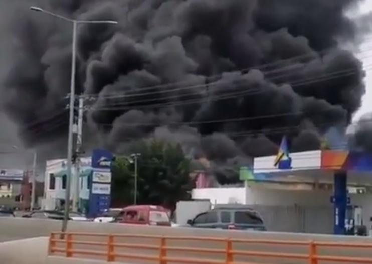 Bomberos tratan de sofocar incendio en fábrica de colchones en SDE; no se reportan víctimas