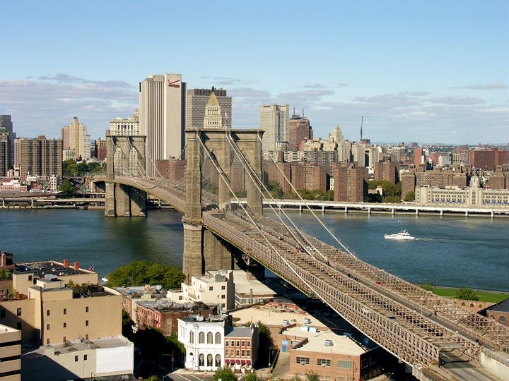 Presunto ladrón acorralado por policía se lanza de puente con 277 pies altura