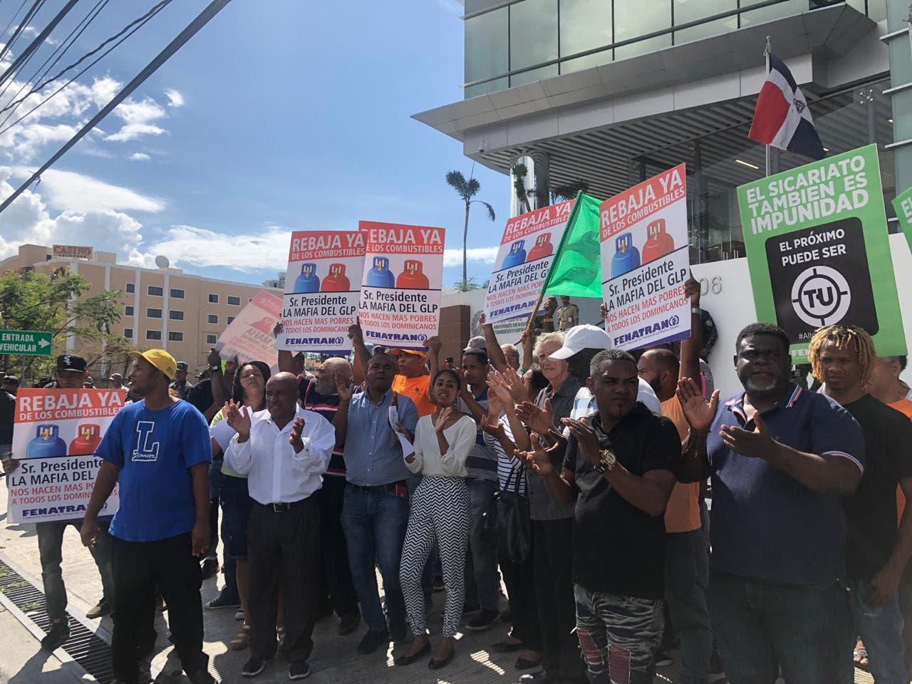 Video: Organizaciones protestan frente al MICM por altos precios de combustibles