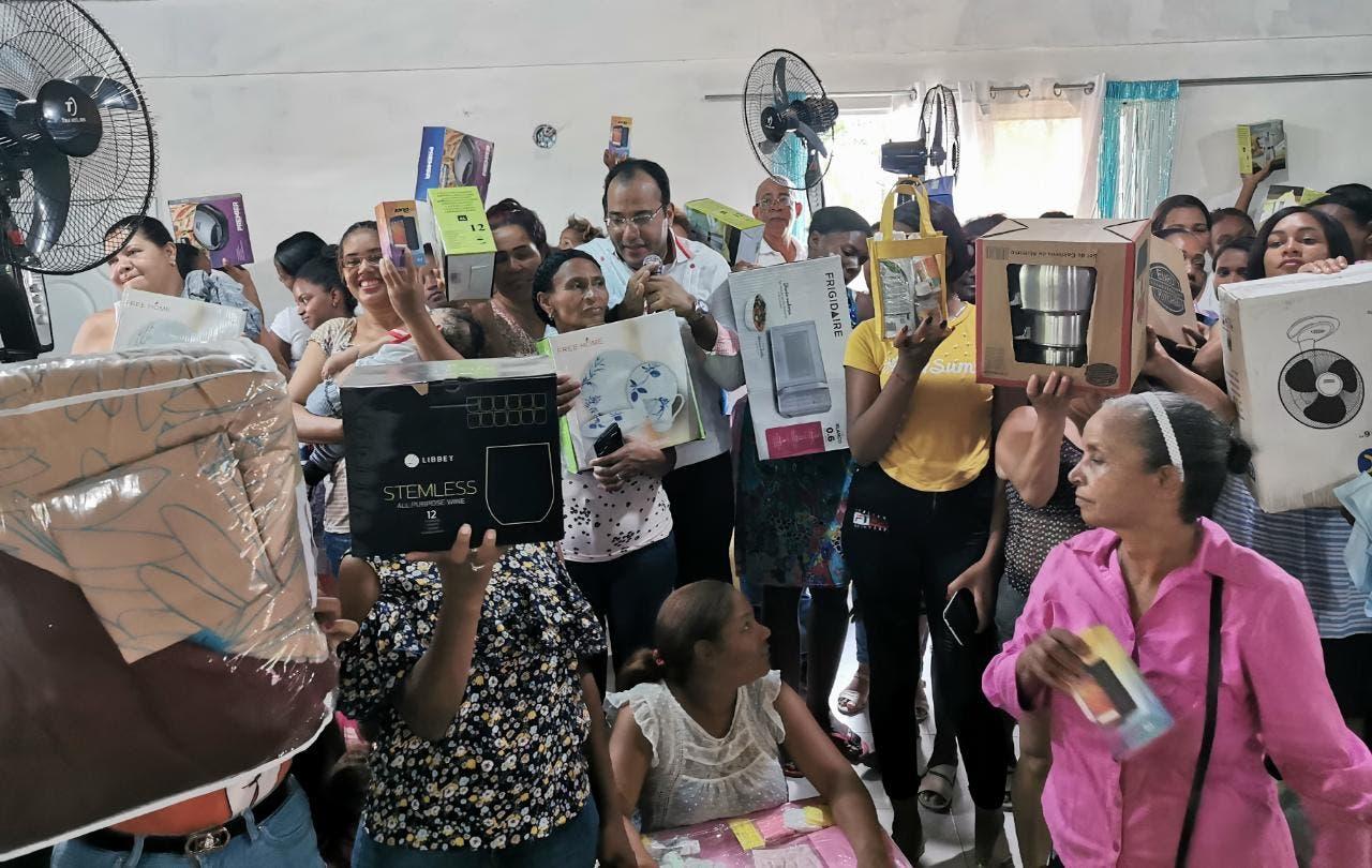 Salvador Holguín sorprende a madres de Dajabón con cientos de regalos en su día