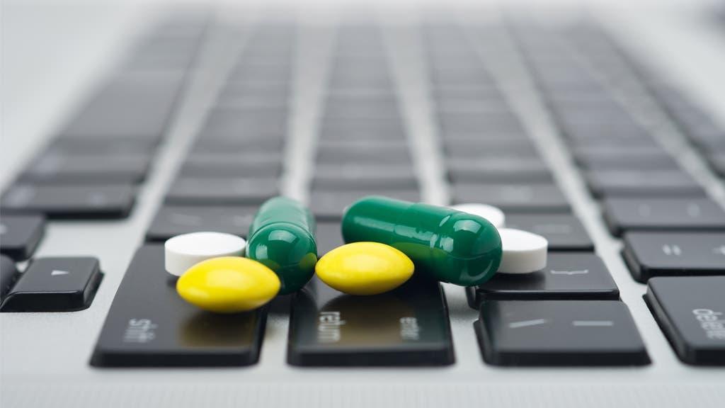 ¿Cómo evitar riesgos al comprar medicamentos por internet?