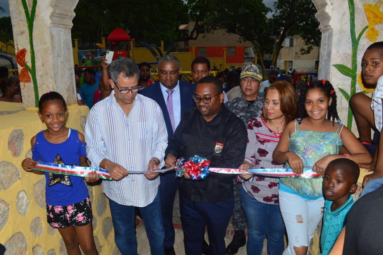 Alcaldía SDN y REFIDOMSA entregan parque de recreación infantil en Guaricanos