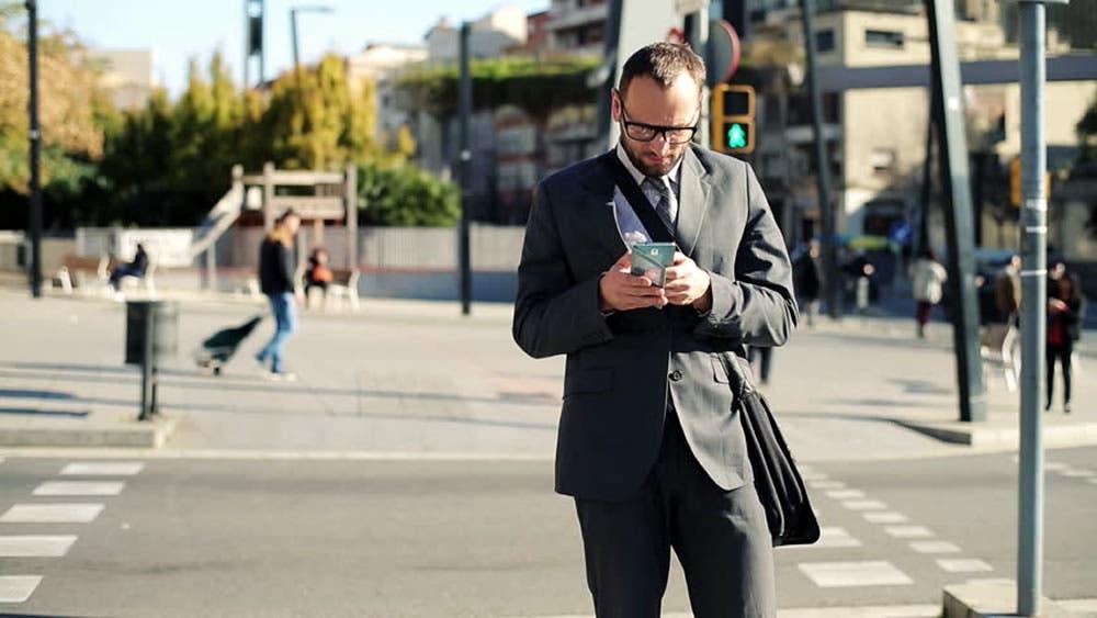 Multarán personas que usen celulares mientras cruzan las calles en Nueva York