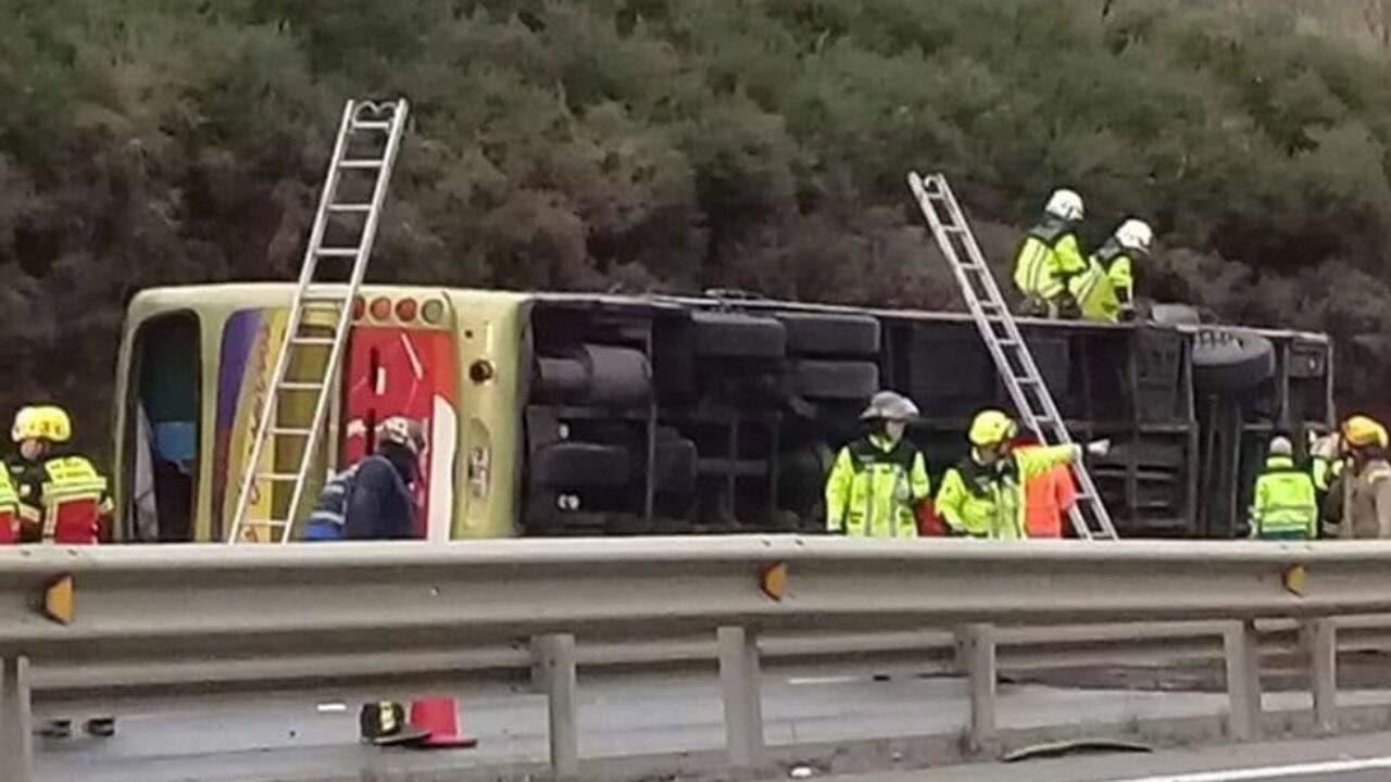 Al menos 6 muertos y unos 30 heridos al volcarse un autobus en Chile