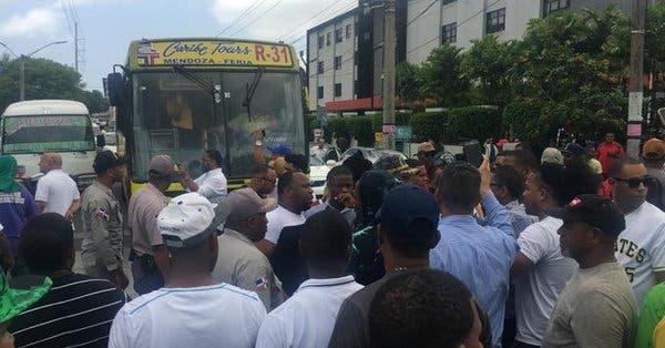 Trabajadores de Punta Catalina protestan frente al Ministerio de Trabajo; policías responden con bombas lacrimógenas