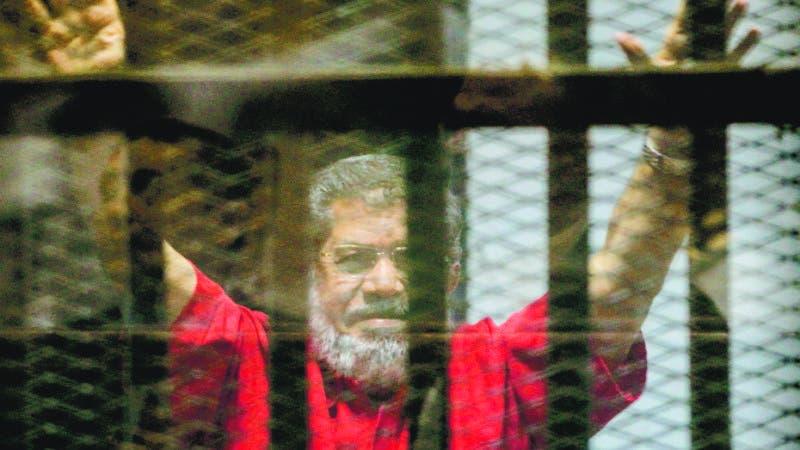 HOS02. CAIRO (EGIPTO), 17/06/2019.- Imagen tomada el 16 de diciembre de 2015 que muestra al expresidente egipcio, Mohamed Morsi, derrocado por el Ejército en un golpe de Estado no sangriento en 2013, y prisionero desde entonces por cargos de espionaje en El Cairo (Egipto). La televisión estatal egipcia informó este lunes de que el expresidente Mursi falleció hoy durante la correspondiente sesión en el tribunal. EFE/Mohamed Hossam