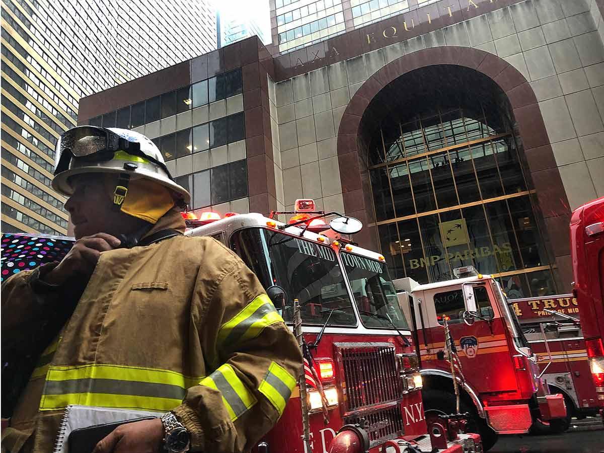 Helicóptero choca contra edificio en el centro de Manhattan; muere el piloto
