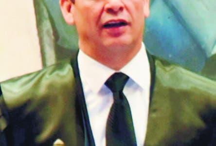 El magistrado Luis Henry Molina Peña, quien juramentó a 265 abogadas y abogados, afirmó que la sustancia del quehacer jurídico es dirimir conflictos para hacer posible la convivencia.El presidente de la Suprema Corte de Justicia (SCJ) y del Consejo del Poder Judicial (CPJ), magistrado Luis Henry Molina Peña exhortó este miércoles a jueces y abogados a no desfallecer y poner el Derecho y la Justicia en primer lugar.  Hoy/Fuente Externa 12/6/19
