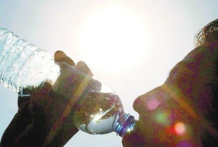 PUEBLA, PUEBLA, 28ABRIL2011.- Cientos de personas buscan la manera de refrescarse usando ropa ligera, cubriendose con sombrillas, bebidas fr'as y hazta mojarse en las fuentes del centro hist—rico, ante la ola de calor que se ha registrado en el estado. En la capital la temperatura oscila a una m‡xima de 28 a 34 grados.  FOTO: FRANCISCO GUASCO/CUARTOSCURO.COM