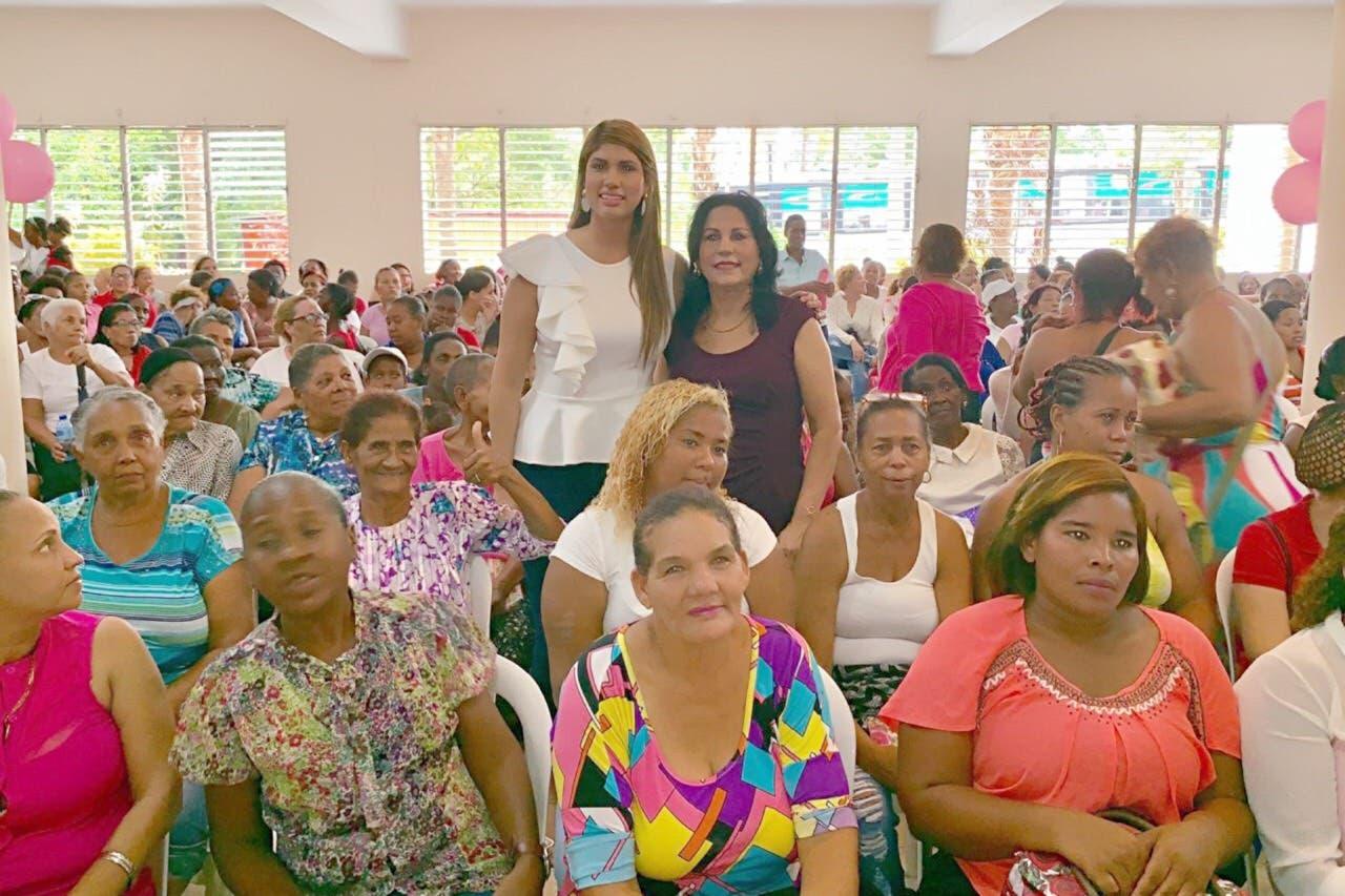 Fundación entrega ayuda humanitaria a mujeres en Santo Domingo Oeste