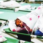 Fotografía de archivo de abril 2019 de una niña bajo una cobija en la nueva Casa del Refugiado en El Paso, Texas. (Mark Lambie/The El Paso Times vía AP, Archivo)