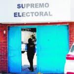 GU3008. CIUDAD DE GUATEMALA (GUATEMALA), 26/06/2019.- Vista exterior del Tribunal Supremo Electoral que fue allanado este miércoles, en la ciudad de Guatemala (Guatemala). La Fiscalía de Guatemala allanó este miércoles el Departamento de Informática del Tribunal Supremo Electoral después de las denuncias de incongruencias y anomalías en los resultados de las elecciones generales del pasado 16 de junio. EFE/Esteban Biba