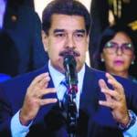 """AME5738. CARACAS (VENEZUELA), 21/06/2019.- El gobernante venezolano, Nicolás Maduro (c), habla tras su reunión con la alta comisionada de Naciones Unidas para los derechos humanos, Michelle Bachelet, este viernes en el Palacio de Miraflores, en Caracas (Venezuela). Maduro consideró que la visita de Bachelet fue """"buena, al tiempo que se mostró esperanzado en que surjan """"nuevas relaciones"""" entre esta oficina y su Gobierno. EFE/ Miguel Gutiérrez"""