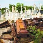 En la imagen, tomada el 16 de mayo de 2019, féretros saqueados descansan en una pila luego de que ladrones saquearon el cementerio de El Cuadrado, en Maracaibo, Venezuela. Los entierros solían celebrarse hasta bien entrada la tarde, pero ahora se ha reforzado la seguridad y solo se realizan hasta mediodía para disuadir a los ladrones de tumbas. (AP Foto/Rodrigo Abd)