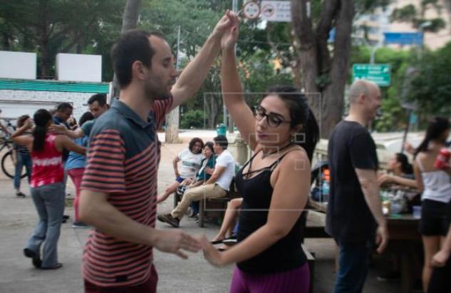 """La bachata se abre espacio entre las """"tribus"""" que invaden la Avenida Paulista"""