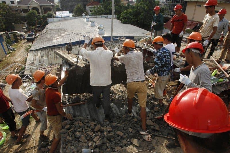 Video: Ya son 17 los muertos por derrumbe de edificio en Camboya