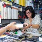La escritora Almudena Grandes firma ejemplares de sus libros en una de las casetas instaladas en el parque de El Retiro con motivo de la Feria del libro de Madrid que hoy termina su 78 edición. EFE/Emilio Naranjo