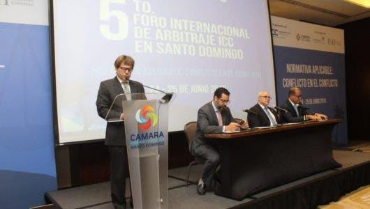 Habla Ricardo Koenig, en mesa Manuel Luna, Samuel Arias y Marcos Peña.