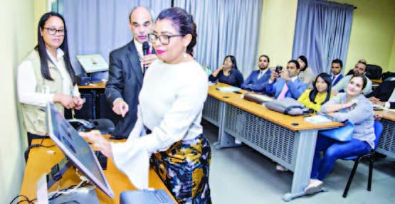 Participantes en la maestría ejerciendo el voto automatizado.