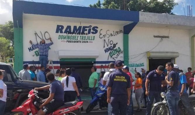 Video: Lo que dijo un pastor de Salcedo tras acción de alcaldesa y Bautista Rojas de pintar local Ramfis Domínguez Trujillo