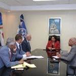 La rectora de la UASD, doctora Emma Polanco Melo, recibe en su despacho la visita de cortesía del director de la SISALRIL, doctor Pedro Luis Castellanos.