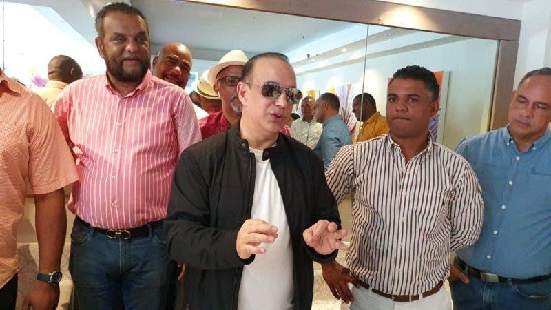 (foto) Quique Antún habla en una actividad en Puerto Plata.