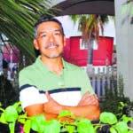 """ACOMPAÑA CRÓNICA: CRISIS MIGRATORIA EEUU - AME3819. AVONDALE (ESTADOS UNIDOS), 05/07/2019.- El inmigrante de Guanajuato (México) Arturo Oblea, quien lleva 18 años radicado en Estados Unidos, posa para Efe el pasado 12 de junio frente a su casa en Avondale, Arizona (EE.UU.). Como un ejemplo de que la necesidad vence al miedo, cientos de indocumentados salieron este viernes de sus casas a las afueras de Avondale (Arizona) para ir a trabajar, a pesar de la amenaza de grandes redadas en """"algún momento después del 4 de julio"""" hecha por el presidente de EE.UU., Donald Trump. EFE/ Beatriz Limón"""