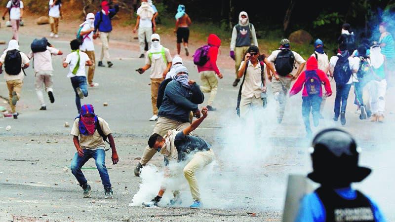 AME7126. TEGUCIGALPA (HONDURAS), 26/06/2019.- La Policía Nacional y estudiantes de secundaria del Instituto Técnico Honduras se enfrentan durante una protesta por la defensa de la educación y la salud este miércoles, en Tegucigalpa (Honduras). EFE/ Gustavo Amador