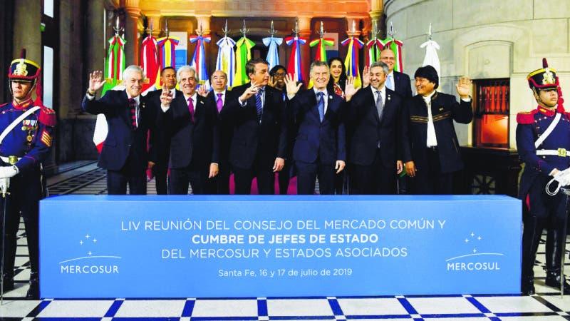 Desde la izquierda el presidente de Chile, Sebastián Piñera; el presidente de Uruguay, Tabaré Vázquez; el presidente de Brasil, Jair Bolsonar; el presidente de Argentina, Mauricio Macri; el presidente de Paraguay, Mario Abdo Benítez, y el presidente de Bolivia, Evo Morales, posan para los fotógrafos en la Cumbre del Mercosur en Santa Fe, Argentina, el miércoles 17 de julio de 2019.  (AP Foto / Gustavo Garello)
