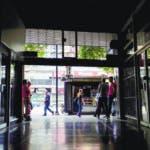 AME9139. CARACAS (VENEZUELA), 22/07/2019.- Vista de la entrada de un centro comercial este lunes durante una falla eléctrica en Caracas (Venezuela). Una nueva interrupción del fluido eléctrico ha dejado sin luz a gran parte de Venezuela este lunes, -desde las 16.40 locales, 20.40 GMT-, sin que hasta ahora la estatal Corpoelec, que controla el servicio en todo el país, haya informado al respecto. EFE/ Rayner Peña