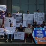 """AME6586. CARACAS (VENEZUELA), 15/07/2019.- Un grupo de personas protestan frente a la sede del Programa de Naciones Unidas para el Desarrollo (PNUD) este lunes en Caracas (Venezuela). En las cárceles del Estado venezolano se han registrado más de 250 casos de tortura a los llamados """"presos políticos"""", entre los que hay civiles y militares, denunció este lunes la ONG Coalición por los Derechos Humanos y la Democracia. EFE/ Miguel Gutiérrez"""