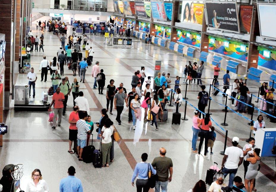 Decenas de personas varadas en el AILA tras cancelación de vuelos por huracán Dorian