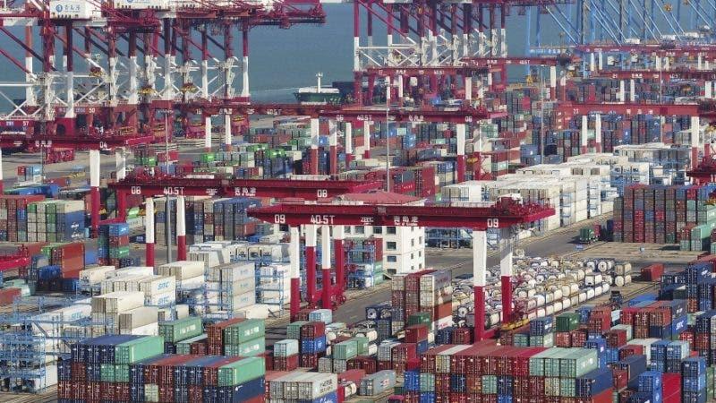 Numerosos contenedores están apilados en el puerto de Qingdao, en la provincia de Shandong, en el este de China, el jueves 8 de noviembre de 2018. Las exportaciones chinas enviadas a Estados Unidos mantienen su crecimiento a pesar de los aranceles impuestos por Washington, según autoridades aduaneras chinas. (Chinatopix vía AP)