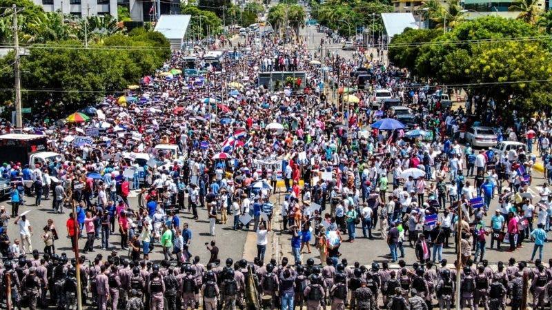 Imágenes aérea de la concentración, frente al palacio del Congreso Nacional donde los manifestantes, se oponían a una reforma a la Constitución. Hoy/ Arismendy Lora 12/07/2019